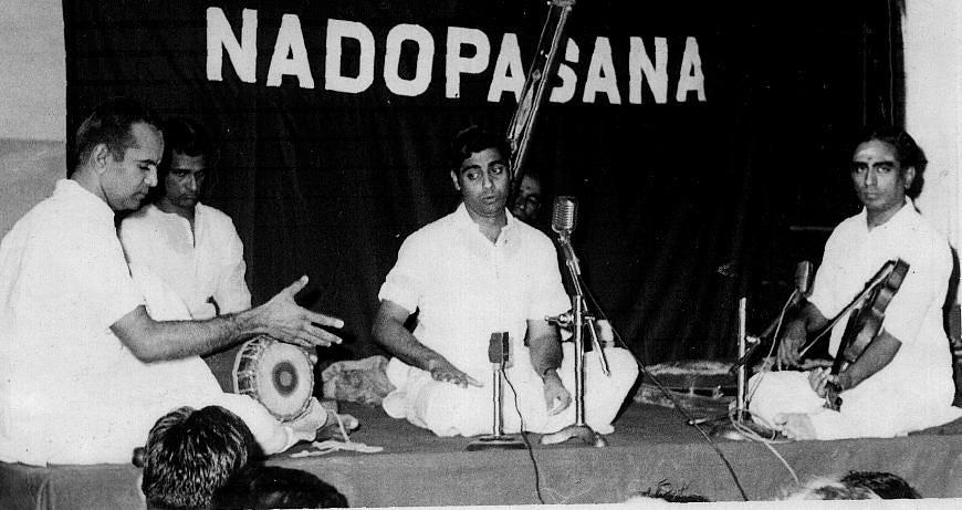 Humble Pranams to the legendary Maha Vidwan Padmabhushan Sri Lalgudi G Jayaraman Sir on His 90th birthday today. Sharing a file pic of Him with my Gurunathar Padmabhushan Sangeetha Kalanidhi Madurai Sri TN Seshagopalan Sir and Padmavibhushan Sangeetha Kalanidhi @UKS_Mrudangam Sir https://t.co/3HjFUdGDgR