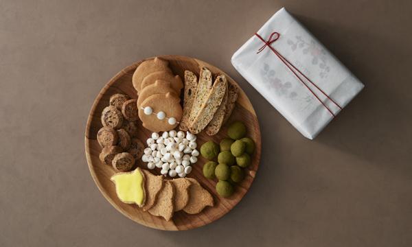 「京都」をたっぷり感じられる、可愛らしいクッキー缶♪京都の「万治カフェ」で人気の、6種のクッキー詰め合わせ。提灯や千鳥をかたどった見た目の可愛さに加え、山椒×チョコなど京都らしい素材の組み合わせも楽しめるんです!⇒ #接待の手土産 #取り寄せOK