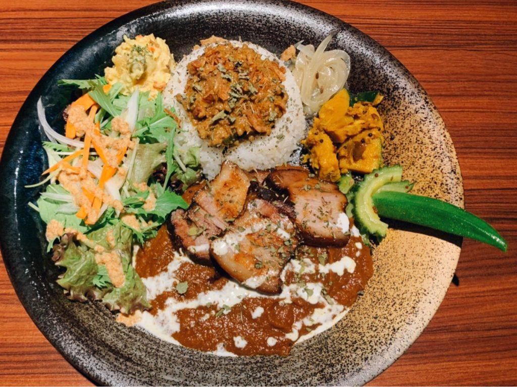 昼はカレー屋さん、夜はバーでスパイス料理に舌鼓なんていかがですか?神楽坂の人気バーが手がけるカレー店が始動🍸🍛