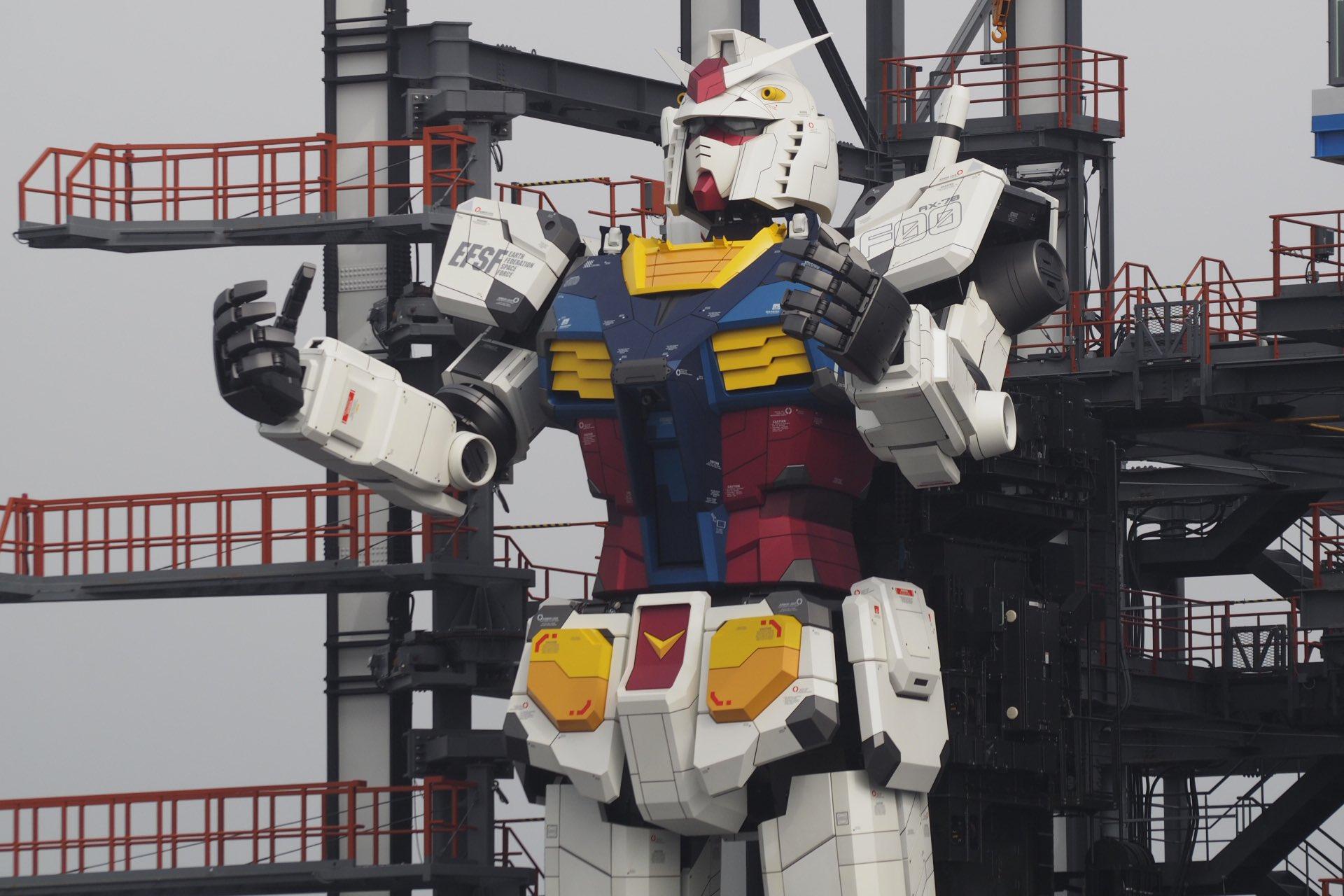 Robot Gundam setinggi 18 meter bisa berlutut, mengarahkan jari ke langit dan berjalan dengan lancar