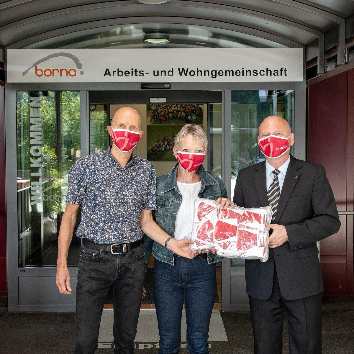 """#MEWA schenkt mondmaskers … Lachende gezichten bij werk- en leefgemeenschap #Borna, in het Zwitserse Rothrist, tijdens de overhandiging van 300 textielmaskers van MEWA. """"Solidariteit en buurthulp dragen wij hoog in het vaandel"""", aldus George Lazar, directeur van MEWA Wynau. https://t.co/LzCML7CqIq"""