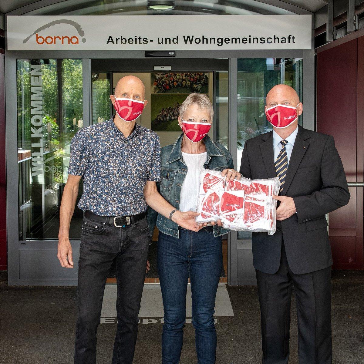 """#MEWA schenkt mondmaskers … Lachende gezichten bij werk- en leefgemeenschap #Borna, in het Zwitserse Rothrist, tijdens de overhandiging van 300 textielmaskers van MEWA. """"Solidariteit dragen wij bijzonder hoog in het vaandel"""", aldus George Lazar, directeur van MEWA Wynau https://t.co/rrgvHmzf0q"""