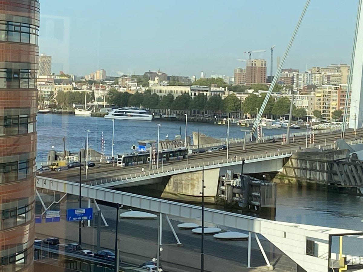 Fijn om de trams van @RETRotterdam weer over de Erasmusbrug te zien rijden! Dank aan alle harde werkers die dit mogelijk hebben gemaakt! #aardigonderweg https://t.co/dyQc3lACC0