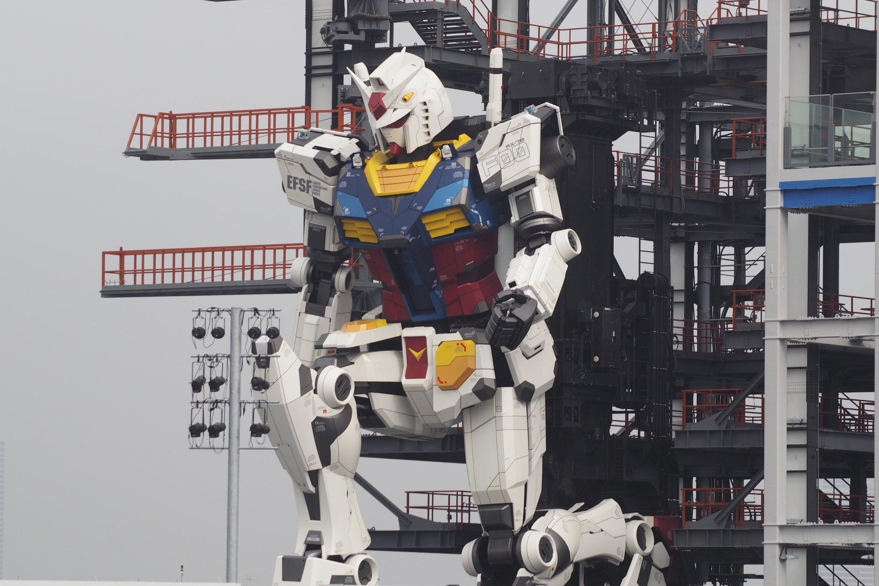 Robot Gundam berlutut