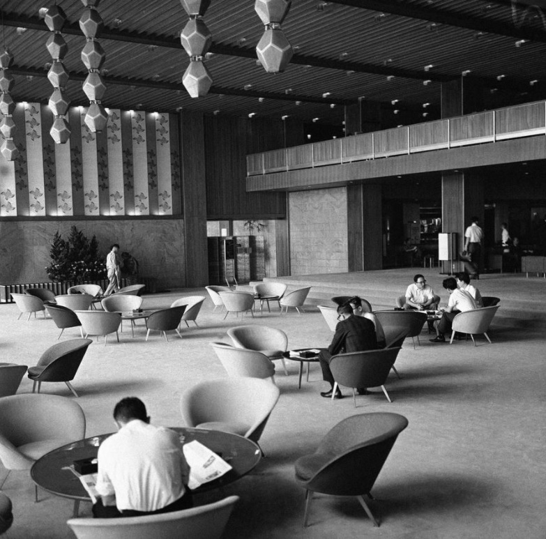 Hotel Okura in Tokyo on this date September 18 in 1964. Photo by Mitsunori Chigita. #OTD https://t.co/9q11eWnji8