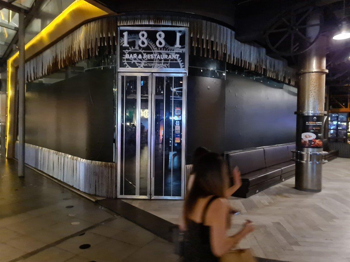 ที่ Groove at #CTW แหล่งดื่มคนมีเงิน ร้าน 1881 Bar&Restaurant ยังทนพิษบาดแผลไม่ไหว สาวเสิร์ฟร้านข้างๆบอกเดี้ยงเมิ่อ2เดือนก่อน พิษเศรษฐกิจโควิดไม่ปราณีผู้ใด ป้ายลด50%ยังอยู่ ปล. เลือกสงบจบที่ประยุทธ์  #ป #ถ้าไม่สู้ก็อยู่อย่างทาส #ถ้าไม่สู้ก็ตายอย่างเขียด #19กันยาทวงอํานาจคืนราษฎร https://t.co/RLYaMnH7Vm