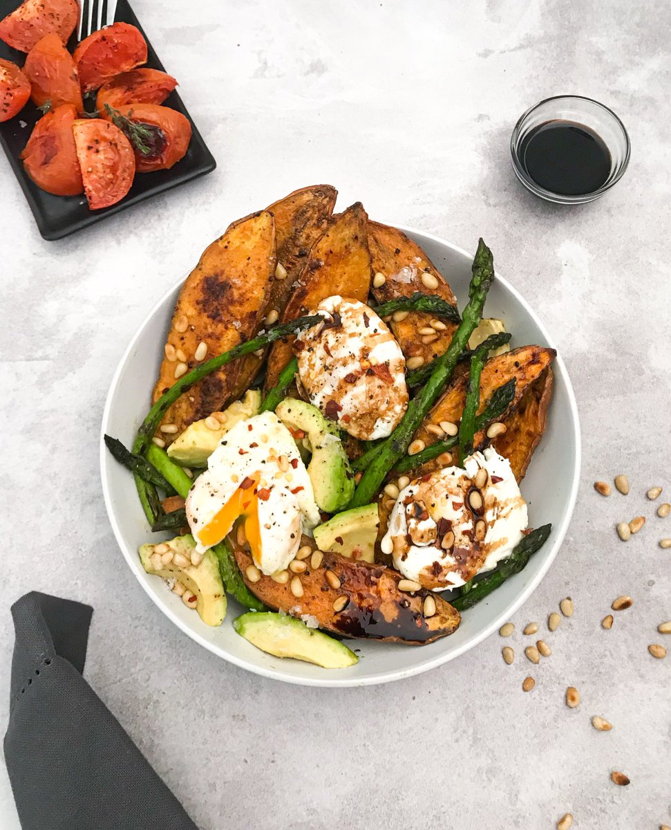 Late lunch: Roasted sweet potatoes,pan fried asparagus,poached eggs,toasted pine nuts and chunks of avocado.I drizzled a balsamic reduction on top of the salad and served it with a side of marinated roasted tomatoes.Yum!🥙 https://t.co/MucYdUlCF6