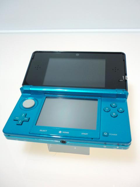 5000RT:【遂に】「ニンテンドー3DS」生産終了、世界で販売7500万台超2011年発売の携帯ゲーム機。2画面で上部は裸眼でも立体的な映像が楽しめる点も話題を呼んだ。ゲーム以外の機能も充実。