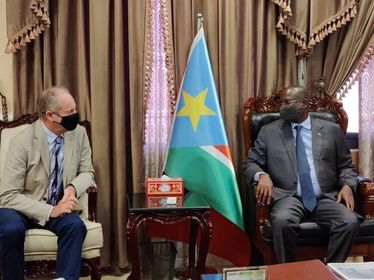 #ShapingPeaceTogether : David Shearer, Special Representative of the @UN Secretary-General and Head of #UNMISS, meets with Vice President Taban Deng Gai. They discussed key issues related to the peace process and the security situation in #SouthSudan 🇸🇸. #peaceday #A4P https://t.co/bfpc2EslP3