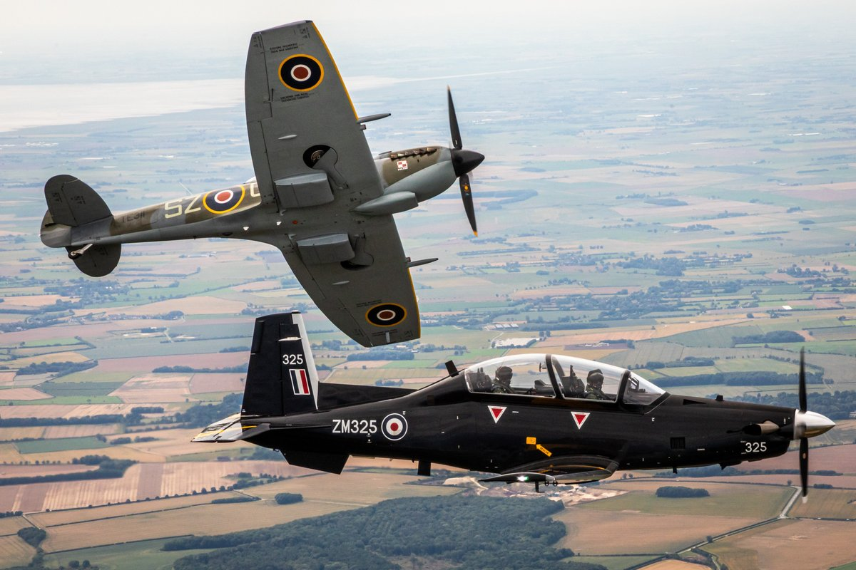 A Texan T1 from 72 Squadron recently flew alongside a @RAFBBMF Spitfire to mark Battle of Britain 80. 72 Squadron deliver flying training to @RoyalNavy & RAF fast jet pilots. raf.mod.uk/our-organisati… #DetectAndDefend