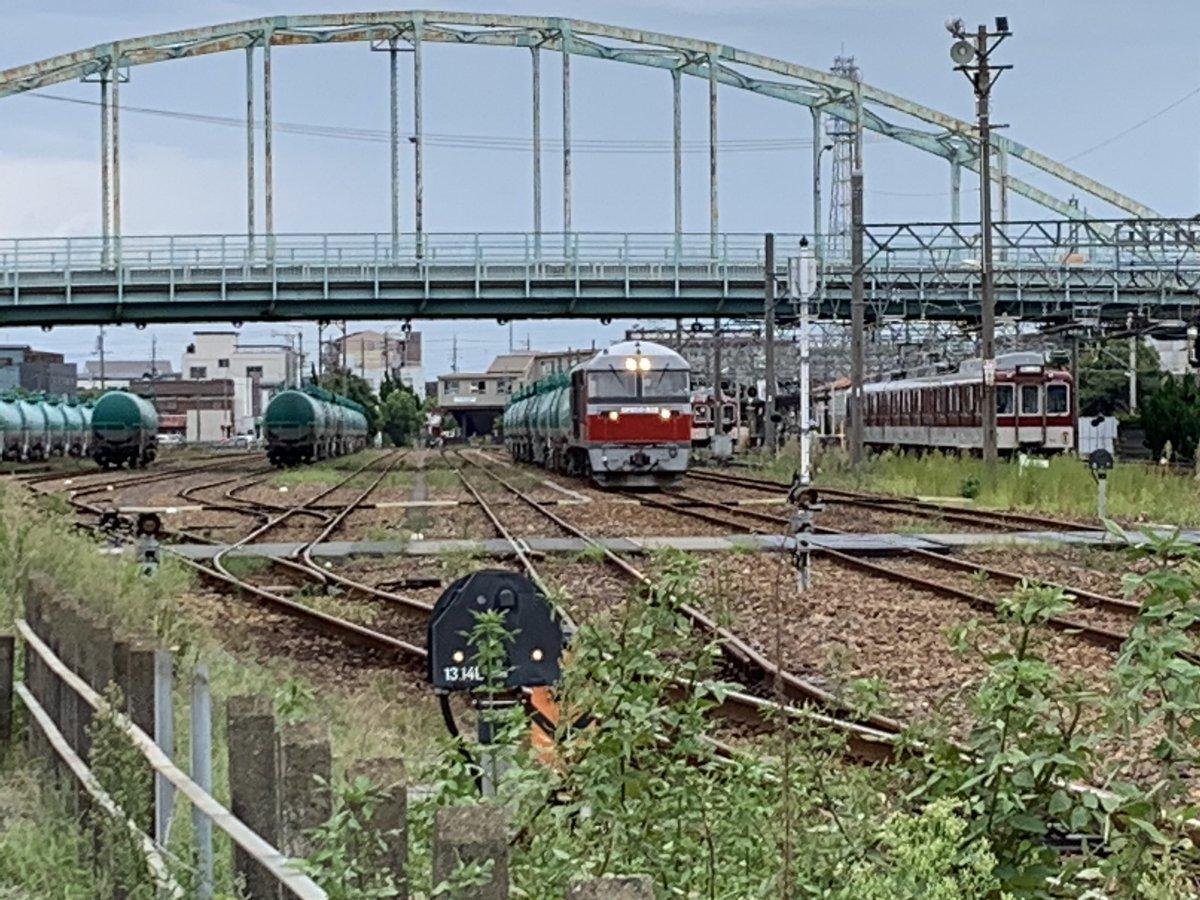 塩浜駅の赤熊とタキ 北側の踏切から近鉄との並びもいただきました。 #JR貨物 #レッドベア #赤熊 #タキ #塩浜 #近鉄 https://t.co/qKAtaNBqW3
