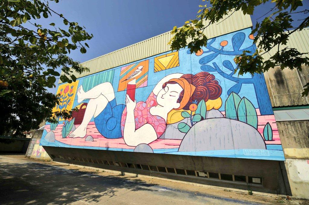 A obra #mural de #XoanaAlmar no #DelasFest 2020 xa é parte do patrimonio público de Galeras, un barrio santiagués historicamente ligado ás #lavandeiras, cuxa lembranza loce nunha composición fermosamente colorida e protagonizada por unha versión contemporánea da súa figura. 💜 https://t.co/VUi8v7qtDV