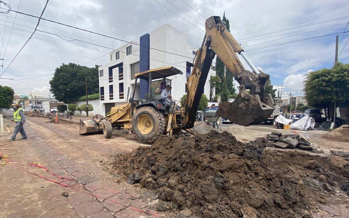 🚜 | Trabajando de manera coordinada por un mejor San Luis, @SLPMunicipio e @Interapas realizan la rehabilitación de la red de drenaje sanitario, se continuó el trabajo de  bacheo de adoquín en Av. Cuahutemoc y Fernando Torre.  #UnEsfuerzoCompartido #SanLuisSuenaFuerte ✌🏼#SLP https://t.co/HqfiQqODQk