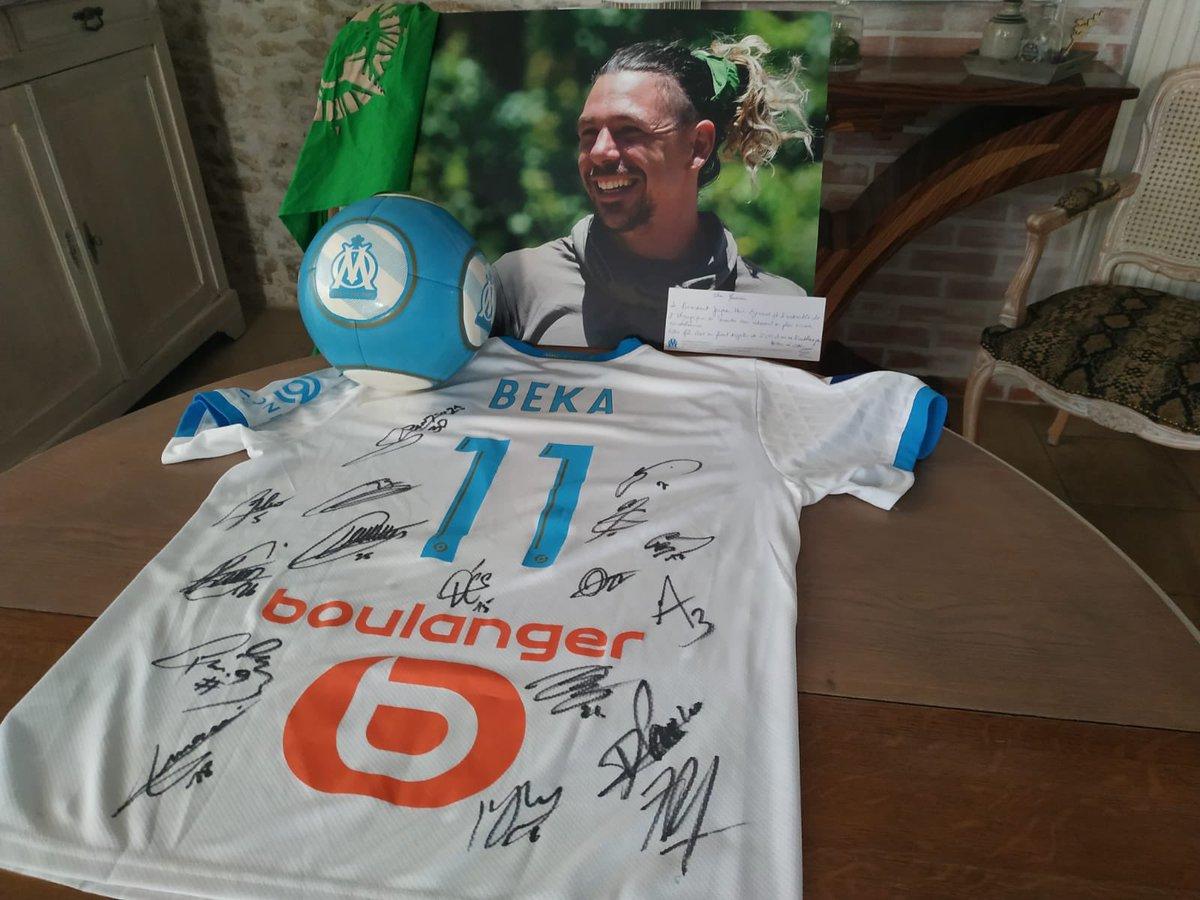 Immense merci à l'Olympique de Marseille  @OM_Officiel pour ce maillot floqué Beka signé par tous les joueurs et envoyé aux parents de Bertrand-Kamal! Beka était un supporter de l'OM depuis toujours! @FlorianThauvin @dimpayet17 @jheyraud #kohlanta https://t.co/BZBIg0cXb5