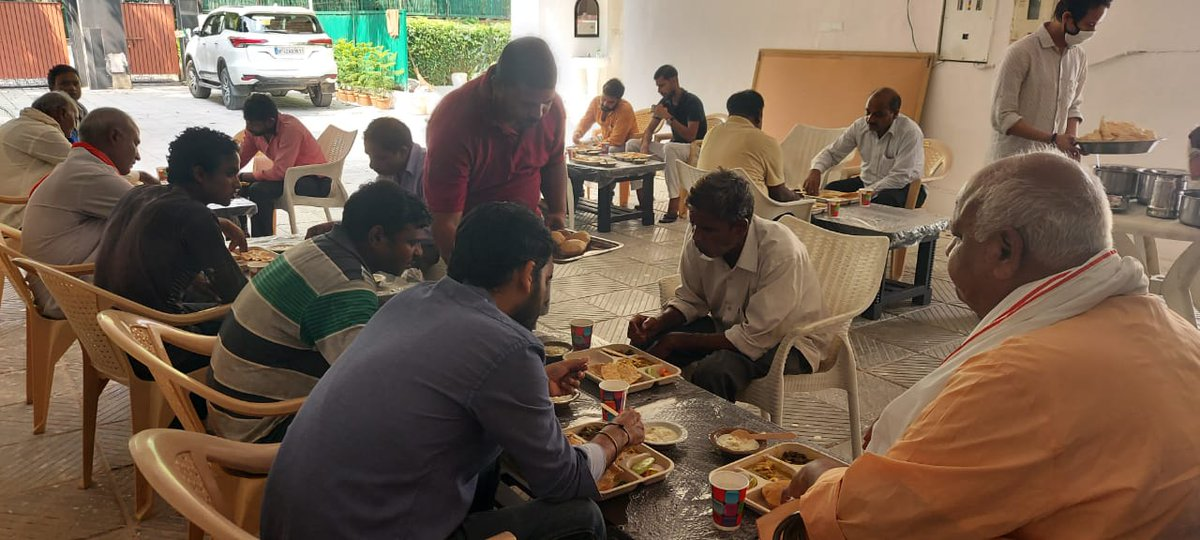 सृष्टि के निर्माता भगवान विश्वकर्मा जी की जयंती व आधुनिक भारत के निर्माता मा• प्रधानमंत्री श्री @narendramodi जी के जन्मदिवस पर मजदूर, श्रमिक भाइयों के साथ भोजन किया। #HappyBdayNaMo #ModiJiAt70 #विश्वकर्मा_जयंती