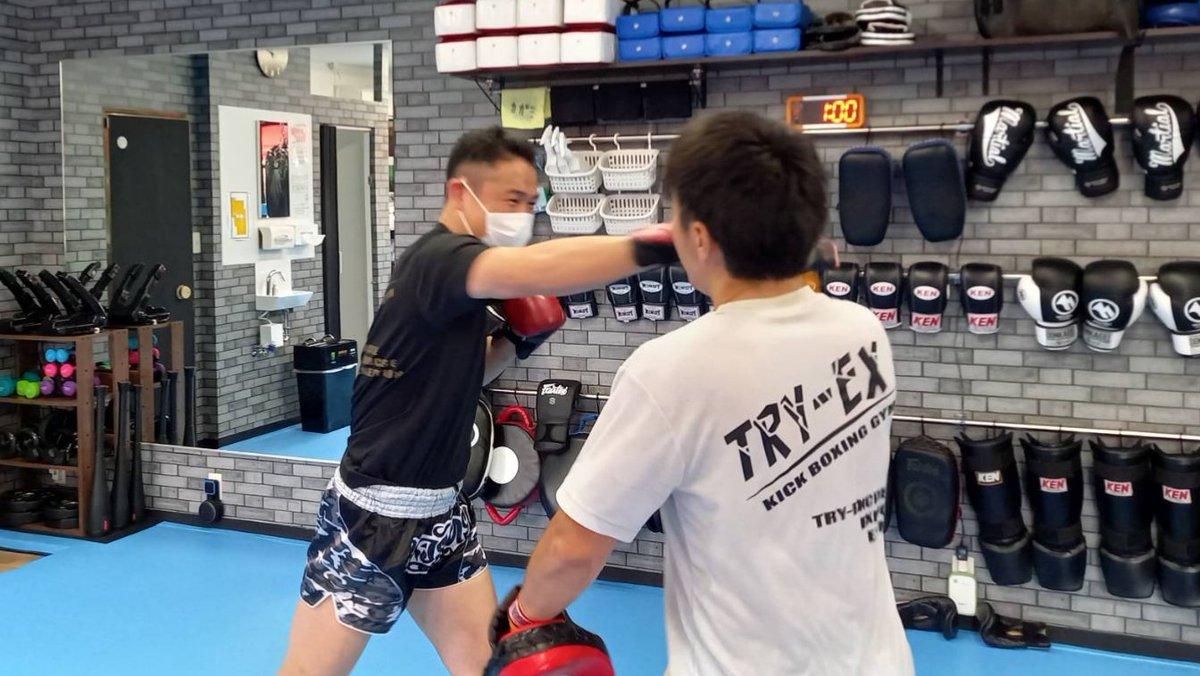 会長もミット練習をしてみました。 ほぼ、ふざけます(笑)  #千葉県 #市川市 #新田 #キックボクシングジム #木曜日 https://t.co/s6UwzBlO7U