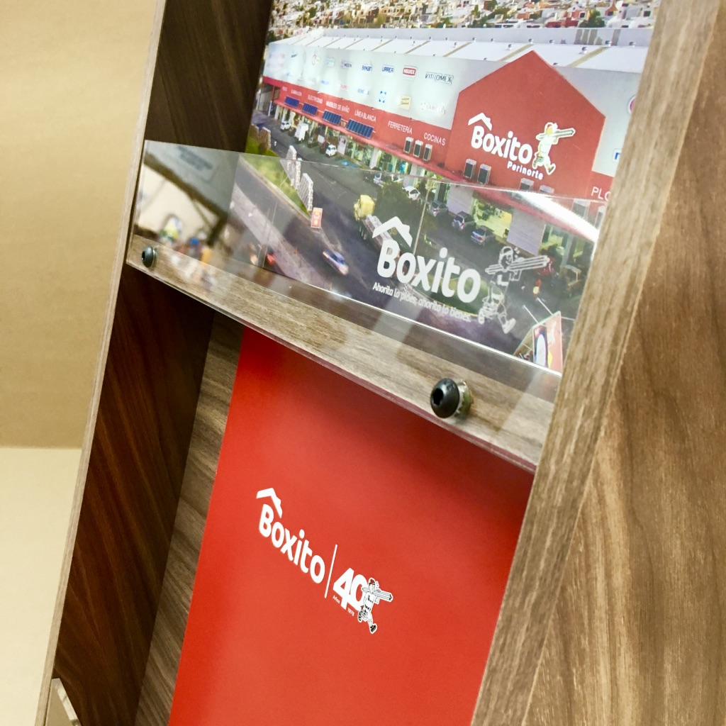Diseño y producción de folletero para Grupo Boxito.  #routerCNC #laserCNC  #POP #exhibition #exhibidores #display #puntodeventa #displaydesign #diseño #branding #mobiliario #interiorismocomercial #comunicaciondemarca #produccioneinstalacion https://t.co/rYSUCKHB8l