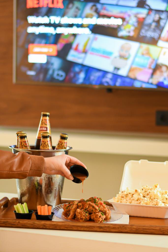 ¿Buscas un lugar para escaparte el fin de semana? ¡Alójate con nosotros y elige el combo que más te fascine para complementar tu estadía! Alitas + chilcanos ó cervezas + pop corn 😜  Informes y reservas: https://t.co/NkXc2ndxzu https://t.co/fbu7rhDOBM