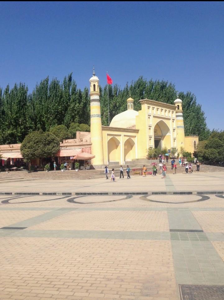 Doğu Türkistan'ın kalbi Kaşgar'da XV. yüzyılda yapılan Héytgah Camisi'nden iki saat farkla iki fotoğraf. Görüldüğü gibi  birinde insanlar var, diğerinde yok. Çünkü namaz vakti camiye girmek yasak. Bu durumu  anlamamak için ne olmak gerekiyor? Fotoğraflar Ağustos  2018'de çekildi. https://t.co/m14HJxwsk0