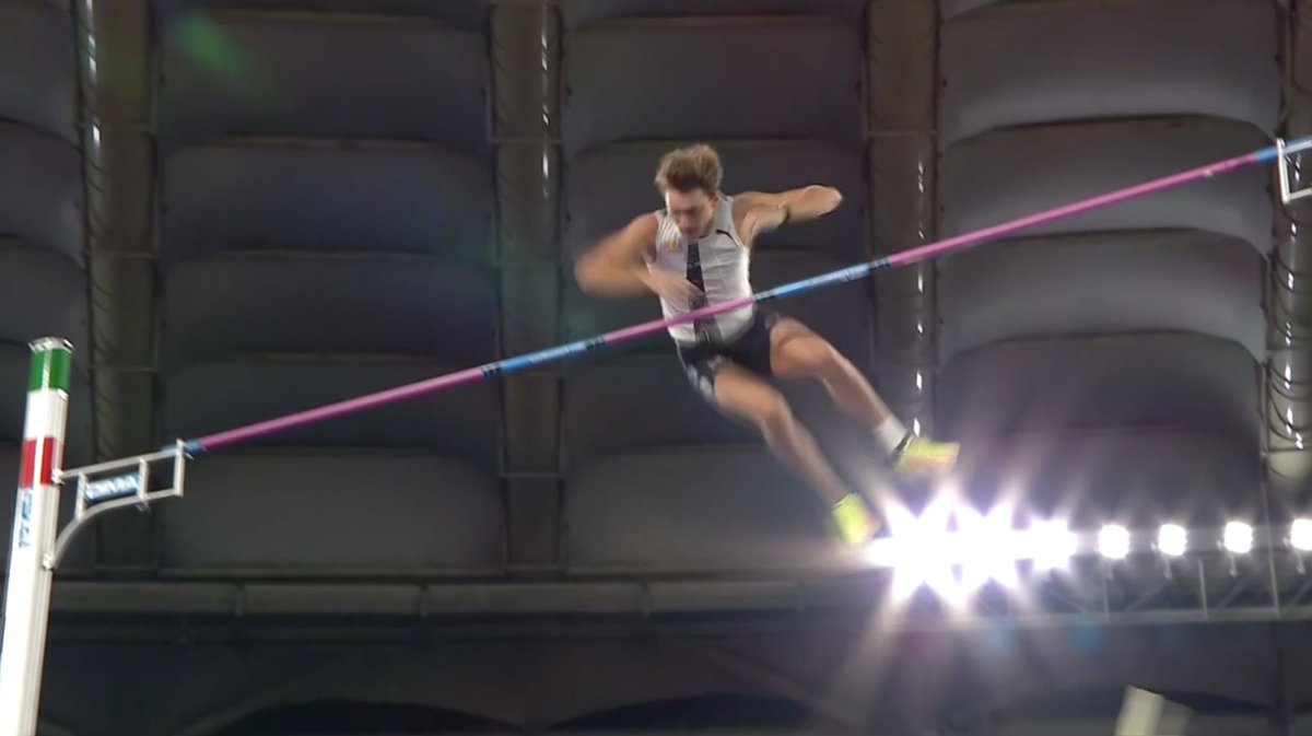 There it is! Mondo Duplantis clears 6.15m to break Sergey Bubka's outdoor pole vault world record! #RomeDL https://t.co/wabzS1Z1L6