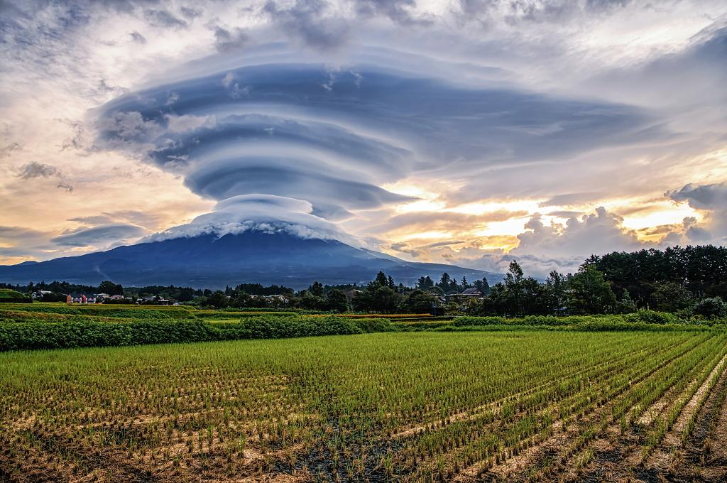 おはようございます。雨上がりの朝、富士山に巨大吊るし雲が見られました!