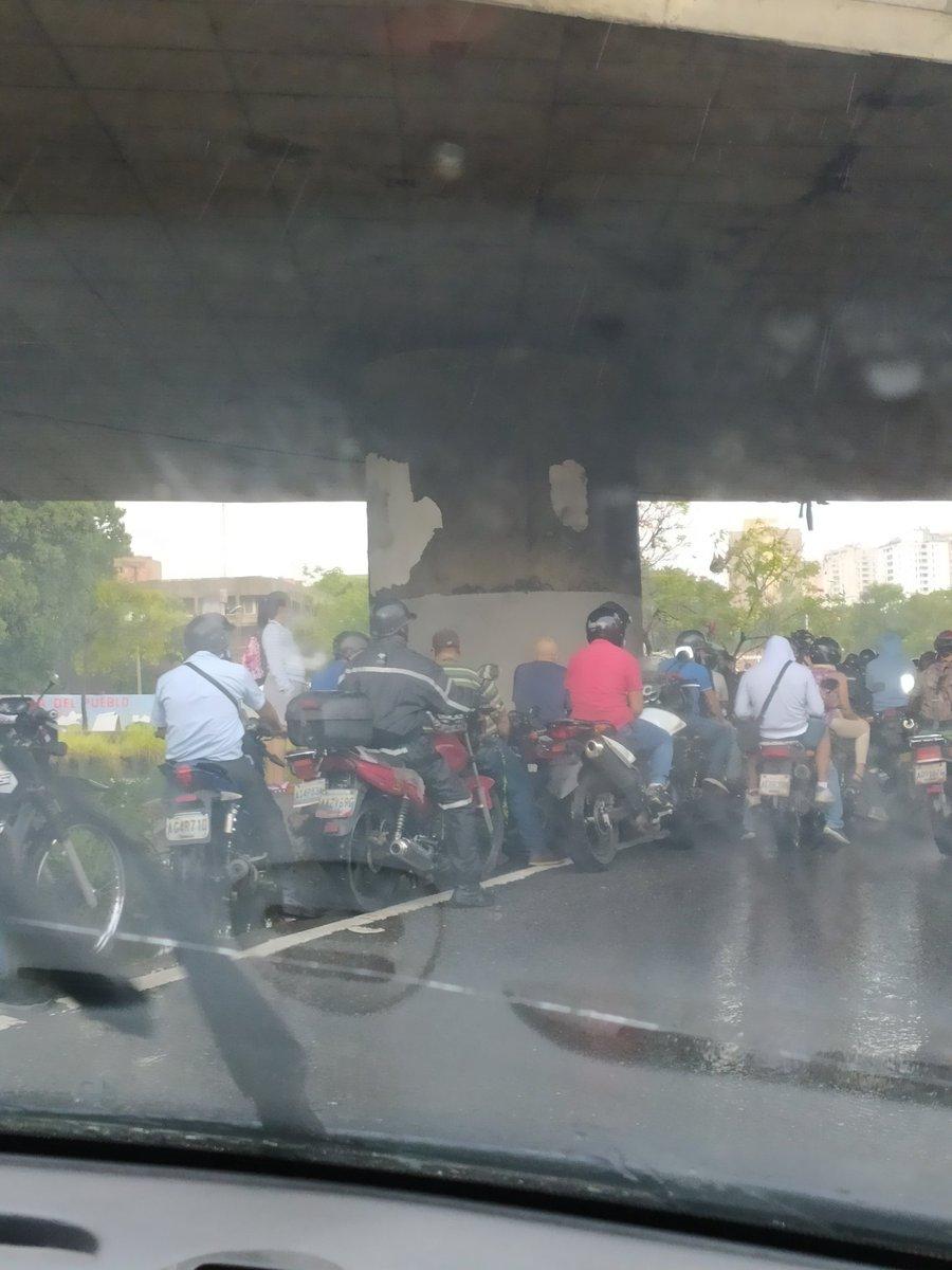 Vía  - @ANDREAG2806: Cola al la altura del Puente de paraíso hacia el centro  debido a la fuerte lluvia motororizados escampando  debajo de los puentes.   https://t.co/7LoR3lRO2W
