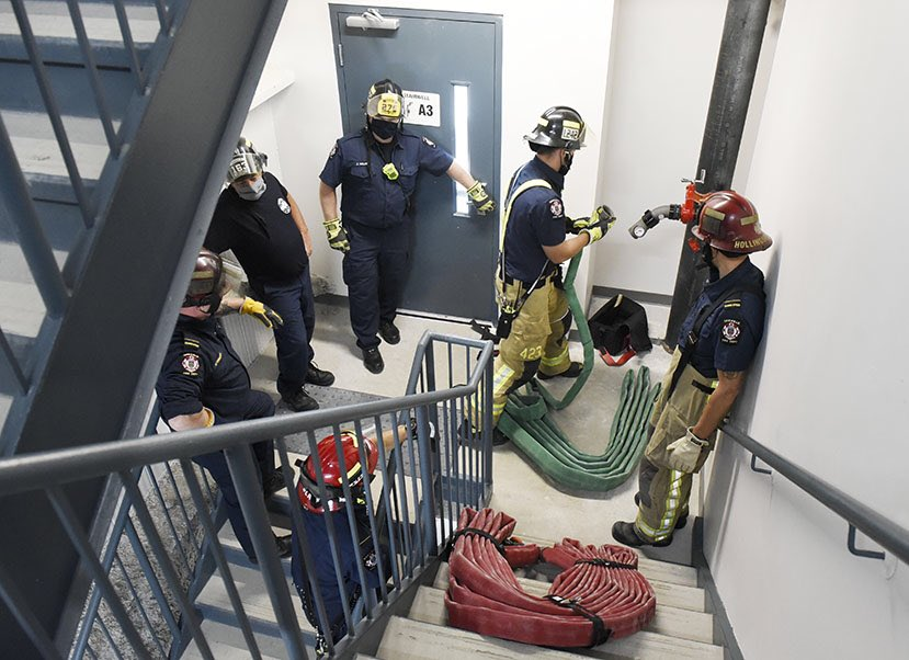 HIGH-RISE TRAINING: @oakvillefire fighters hone their high-rise firefighting skills w/new course  developed by OFD fire prevention  & training - utilizing the new @AccessStorageCA facility #Oakville for standpipe & hose pack training - a potential high-rise fire life saver! https://t.co/RFeKLkxewR
