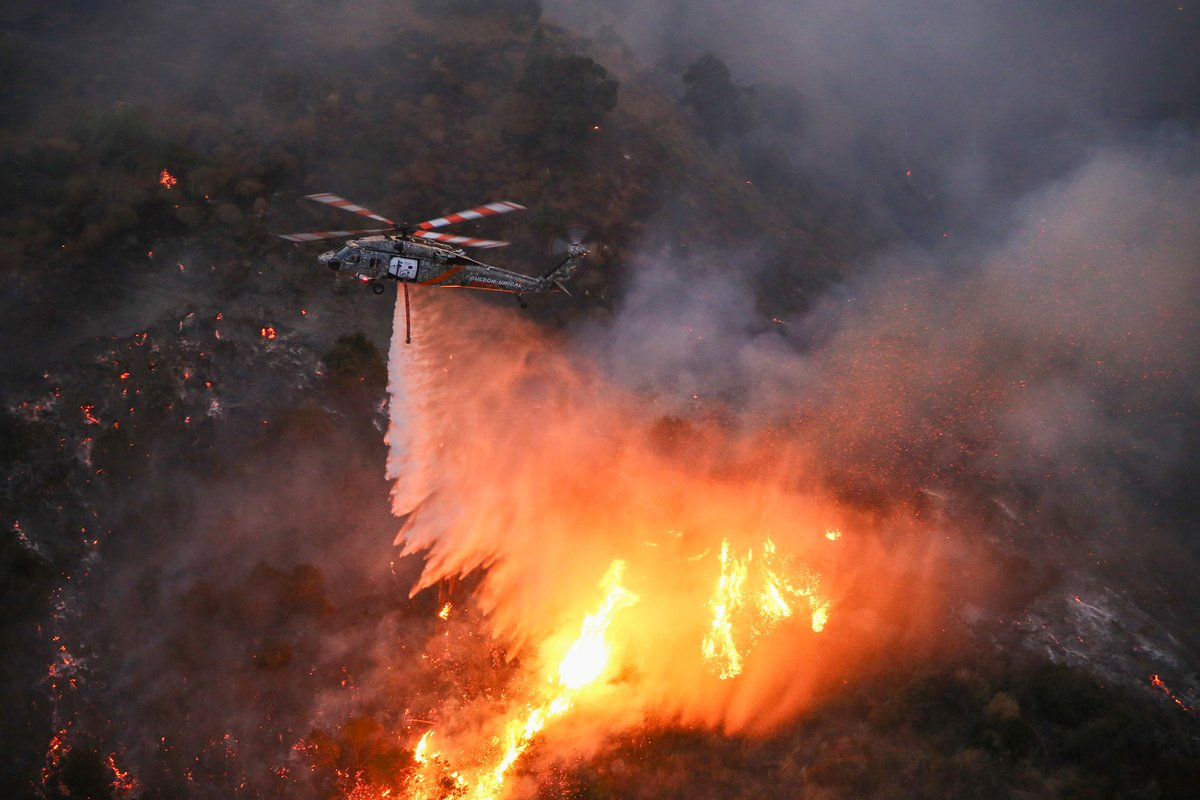 Photo of the Day is this Unical/Coulson UH60 working on the fires in SoCal. Photo by Greg Doyle. #uh60 #aerialfirefighting #instahelicopter #instagramaviation #wildlandfirefighting https://t.co/klxSnrmqJq