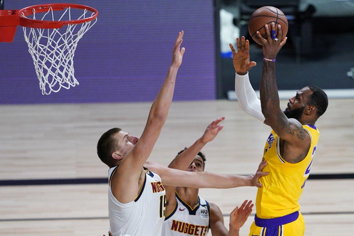 HOJE TEM LAKERS! 🟣🟡  Lakers e Nuggets entram em quadra hoje para começar a decidir quem vai representar o Oeste na final da NBA. Os Angelinos vem de uma vitória por 4-1 em cima do Rockets enquanto os colorados eliminaram os favoritos LA Clippers em 7 jogos.  🕙22hrs 📺SporTV2 https://t.co/7sn96oVLra