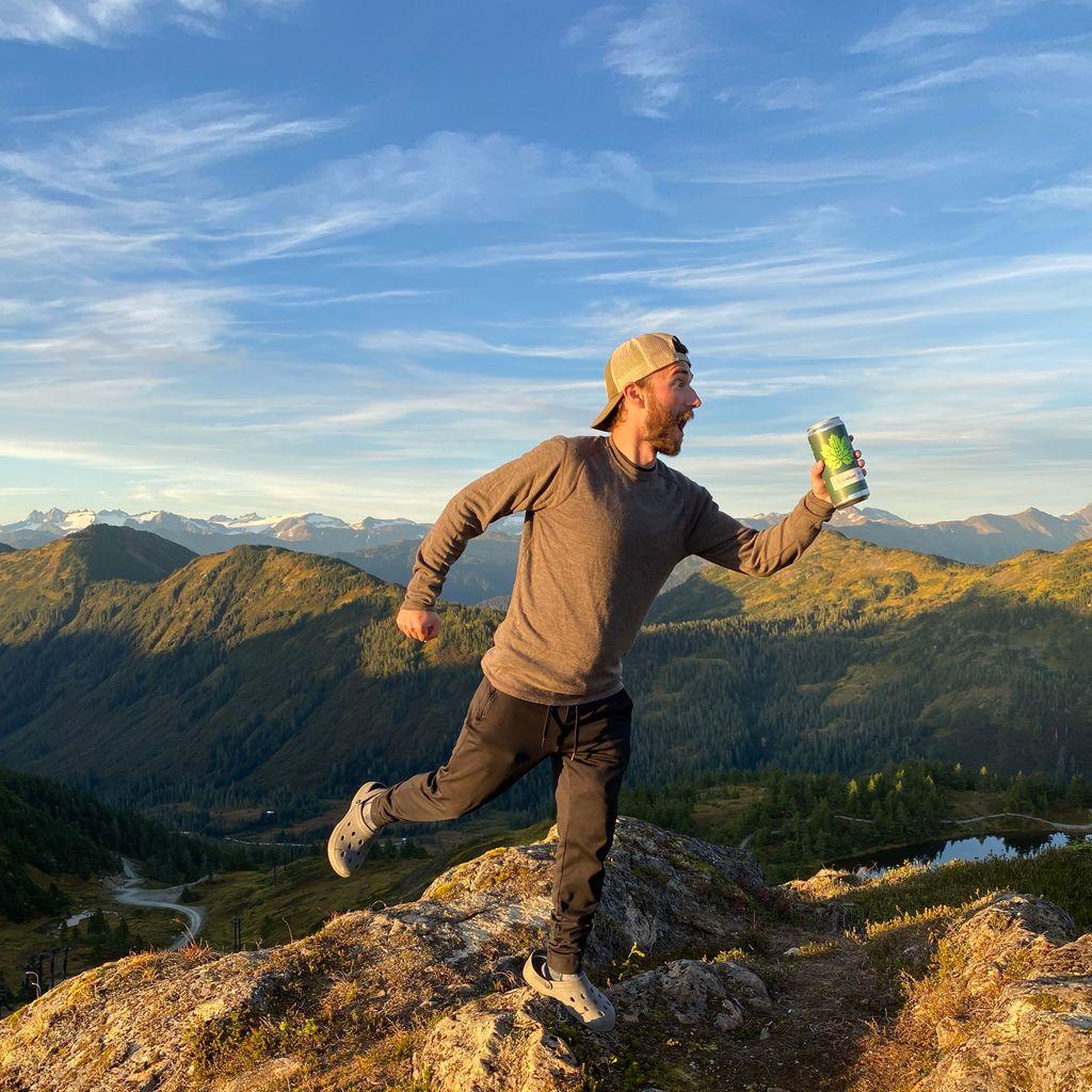 😎Take a sip of that last-minute sunshine!☀️ . #sunset #goldenhour #mountainlife #enjoylife #enjoytheview #juneau #alaska #alaskalife #crowlers #craftbeer #madeinalaska @skieaglecrest https://t.co/nfU0CTi1m5
