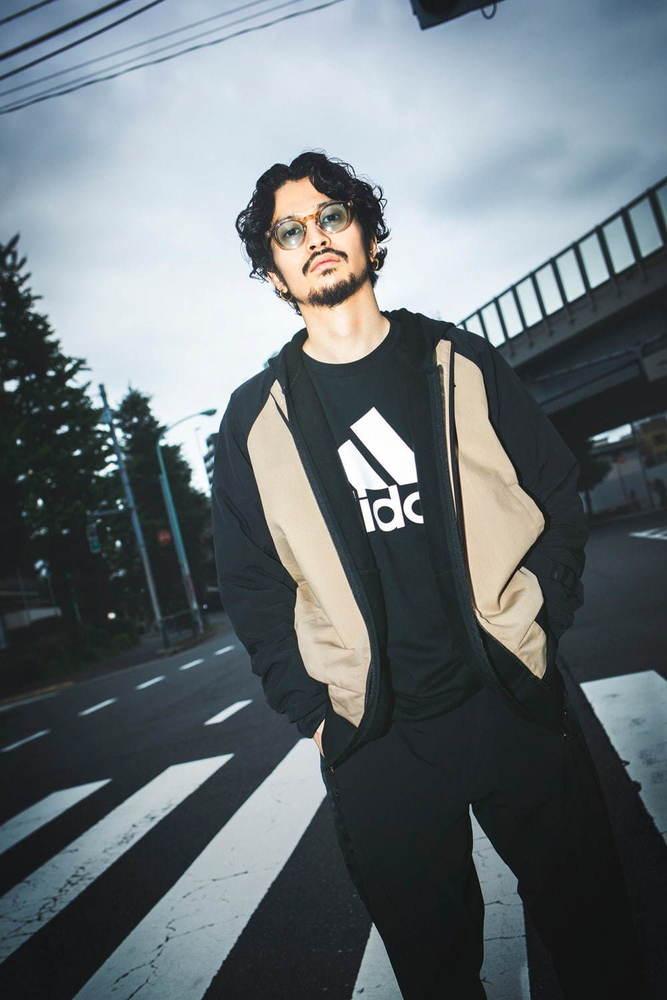 King Gnu常田大希が着用「アディダス カジュアル コレクション」スタート、ロゴTやスニーカー -