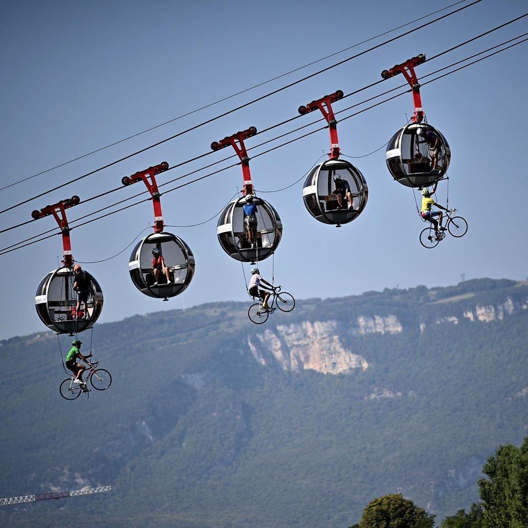 CICLISTAS VOLADORES🚲💨  Tres ciclistas simulan una carrera en el aire y van colgados del teleférico Grenoble Bastilla, dentro del marco de la carrera Tour de Francia.   [HILO] Lee más👇 https://t.co/naIIvvd0Nv