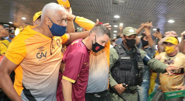 Thiago Neves desembarca no Recife e torcida do Sport causa aglomeração no aeroporto para receber o meia  https://t.co/wtmxO7tqL1 https://t.co/u98a4x65jH