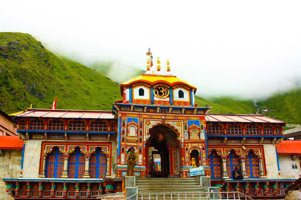 𝗕𝗮𝗱𝗿𝗶𝗻𝗮𝘁𝗵 𝗧𝗲𝗺𝗽𝗹𝗲 is dedicated to Lord Vishnu and possesses high religious significance. Badrinath Temple is situated in the Himalayas and snow-clad mountains with the Alaknanda River flowing by the side. #Badrinath #uttarakhandtourism #diamondhospitalities https://t.co/oLSaFdabkM
