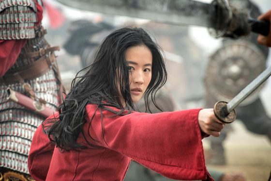 """Despite controversies and boycott movements, Disney's live-action film """"Mulan"""" pulled ahead of Christopher Nolan's """"Tenet"""" to reach No. 1 in daily box office sales on the day of its release. https://t.co/n1VxjyePGj https://t.co/uHDx6KMYWE"""