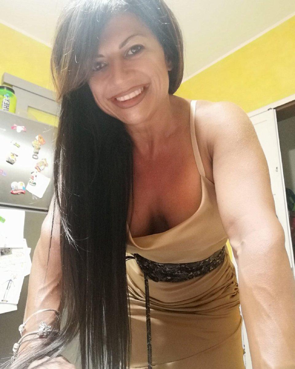La curva più bella di una donna è il suo sorriso (B.M.) ... e non ci vuole molto a strapparmene uno! #smile #light #eyesmile https://t.co/YG02MFJM6w