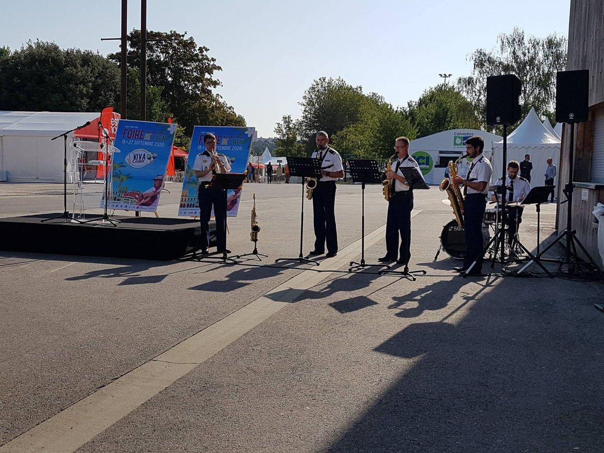 Quelques minutes avant l'inauguration le quatuor de saxophones et batterie de la musique de la gendarmerie nationale sont présents sur l'esplanade du Hall 2. L'occasion de nous faire découvrir de très jolies mélodies.   #FoiredeCaen #Cuba https://t.co/RfnQFzT6w4