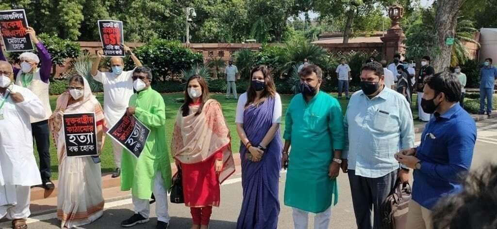 महाराष्ट्र राज्याचा थकित #GST परतावा केंद्र सरकारने द्यावा या मागणीसाठी आज संसदभवन परिसरात @ShivSena नेतृत्वाखाली आंदोलन करण्यात आले. सर्व विरोधी पक्षांचे खासदार प्रतिनिधी त्यामध्ये सहभागी झाले होते. @ShivsenaComms @CMOMaharashtra @NCPspeaks @INCIndia @INCMaharashtra https://t.co/tIDvRbOZVe