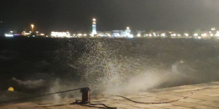 Αποκαλυπτικό βίντεο: Η στιγμή που ο μεσογειακός κυκλώνας χτυπά σφοδρά τη Ζάκυνθο μέσα στη νύχτα - https://t.co/GD5CUuQ5k3 https://t.co/PmY1yEe8mQ