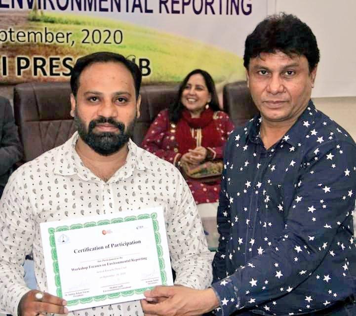 عالمی یوم اوزون کے حوالے سے کراچی پریس کلب میں پہلی ماحولیاتی رپورٹنگ ورکشاپ کا انعقاد شرکاء میں سرٹیفیکیٹ تقسیم کیے گے۔  #KPC #mksw85official #iNNA @EPA @UNEP #Karachi #reporting #Training #workshop #media #WorldOzoneDay #journalists #Karachi #Pakistan 🇵🇰 https://t.co/hCaT7Jacze