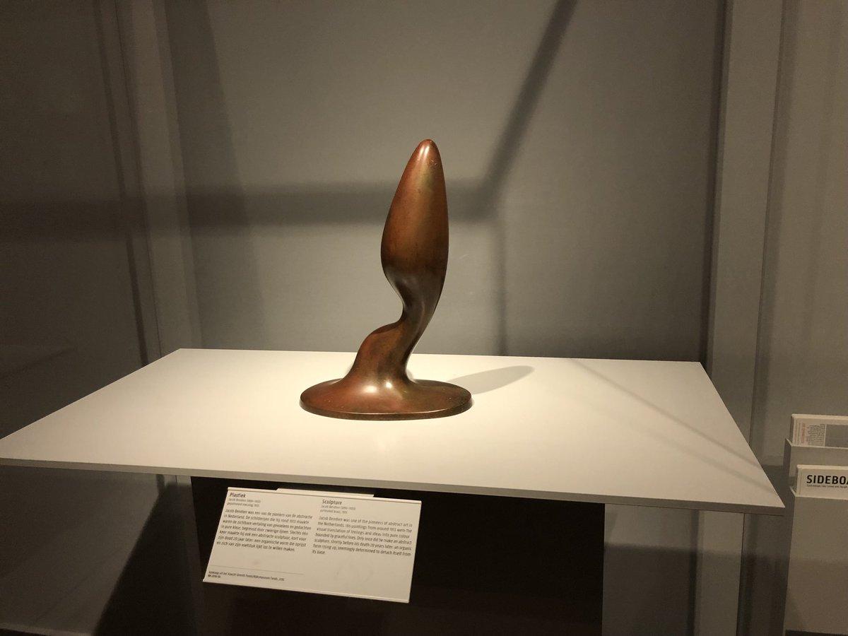 これは海外で見て(私の心が汚れている…)と感じたアート彫刻