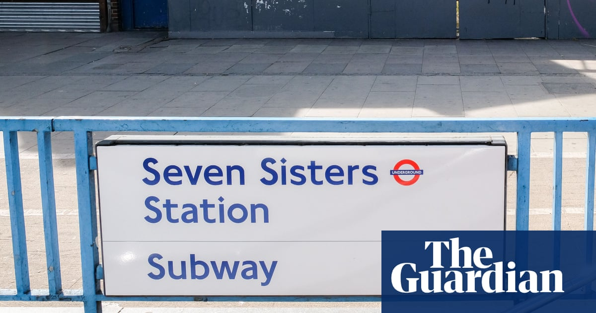 NHS worker attacked on London bus in Covid mask row, say police: Police seek man who assaulted passenger who moved away from him on bus * Coronavirus – latest updates * See all our coronavirus coverage Police… https://t.co/C5gmjf32Jx #Crime #London #Coronavirusoutbreak #UKnews https://t.co/AcP3wCIcAR