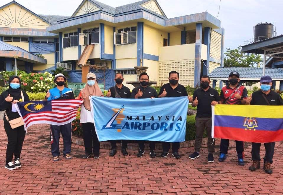 Did you know that there are over 5 trillion pieces of plastic debris in the ocean which can potentially accumulate up to 250 million tons by 2025?  In conjunction with Malaysia Day, our Labuan Airport team participated in a community program to clean up debris from Labuan waters. https://t.co/gH31f6C47v