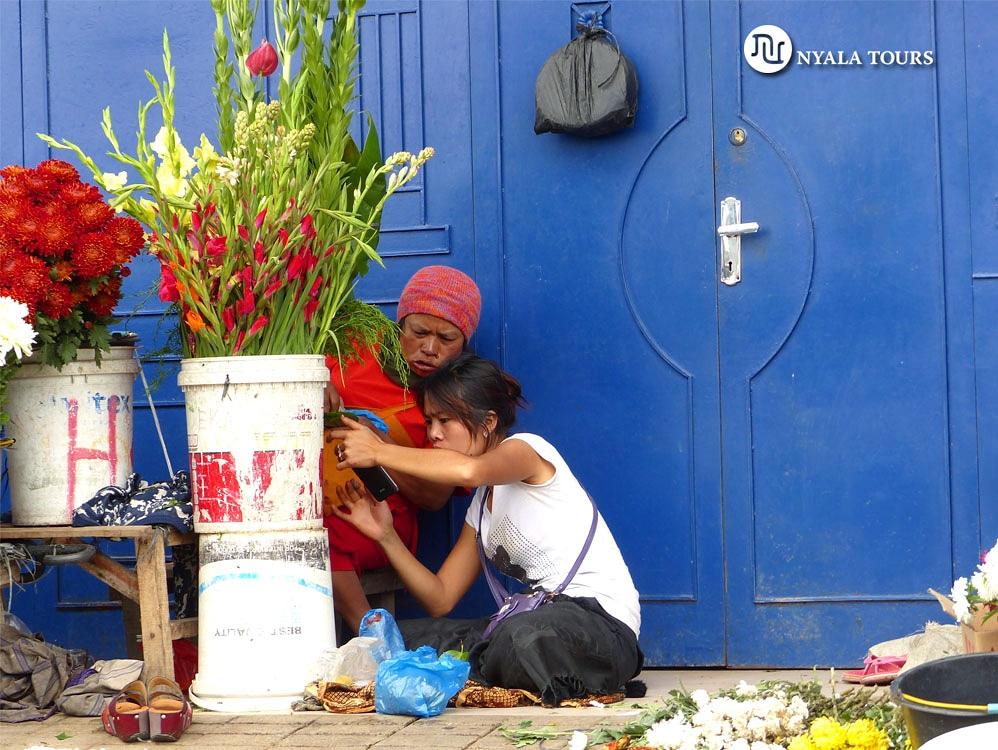 #sumatra #indonesia 🇮🇩 #asia 🇬🇧Flower venders looking at their tablet 🇪🇸Vendedoras de flores viendo la tableta  #southeastasia #nyalatours #travel #travelphotography #photography #electronics #tablet #digital #informatica #technology #tecnologia  #flowers #flowerphotography https://t.co/9NW0vkB0Qk