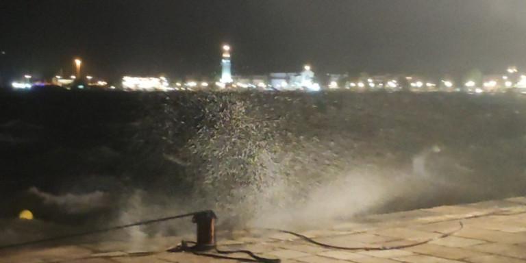 Αποκαλυπτικό βίντεο: Η στιγμή που ο μεσογειακός κυκλώνας χτυπά σφοδρά τη Ζάκυνθο μέσα στη νύχτα https://t.co/LXgYMqy297 https://t.co/d6AcQfP9ZV
