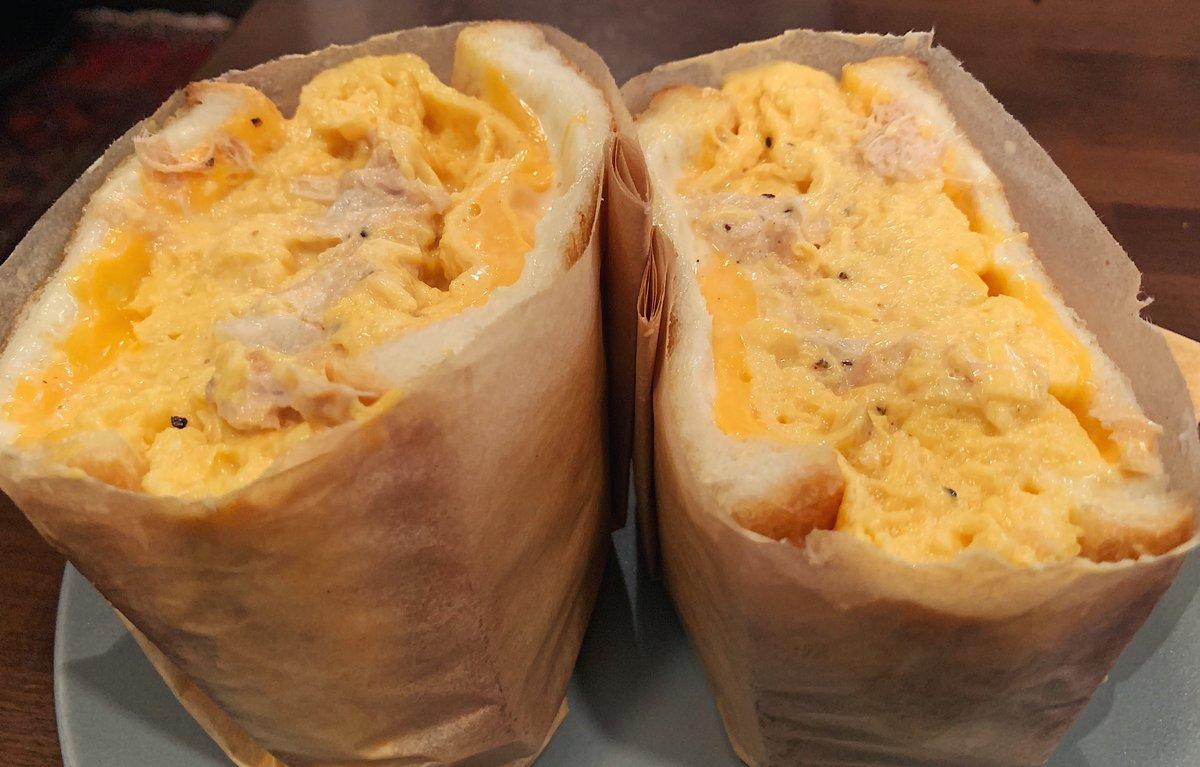 【サンダウナートーキョーオムレツ】@神奈川:新逗子駅から徒歩2分ふわとろのオムレツサンド「ツナメルト」を食べられるお店。ボリューム満点のふわとろタマゴサンドにツナ&ダブルチーズが追加された逸品!卵のふんわりとした食感にツナチーズのコクが混ざり合いやみつきになる味わいです!