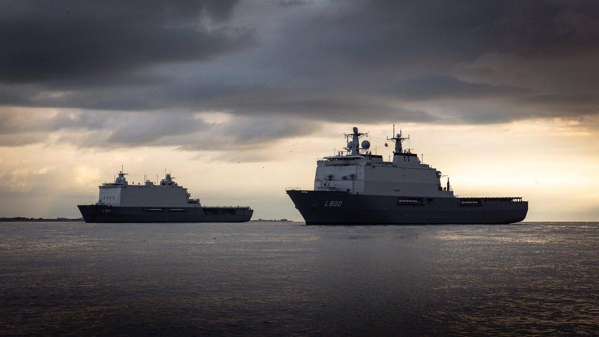 Zr.Ms. Rotterdam en Zr.Ms. Johan de Witt waren vorige week op de rede van Den Helder de uitvalsbasis voor operaties op de grens van land en water. De vloot, het @korpsmariniers en de land- en luchtmacht trainden samen voor amfibische operaties!