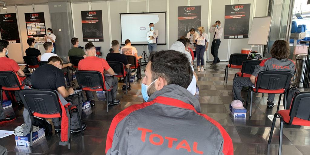 La scuola è ripartita e anche il corso di #Meccanica @SchoolMts supportato da #Total prende il via 🏁.  Il lavoro di Total per supportare i giovani talenti non si ferma mai!  #motori #motorsport #autoracing #motoracing #racing #MTS https://t.co/xmopJiFr5N