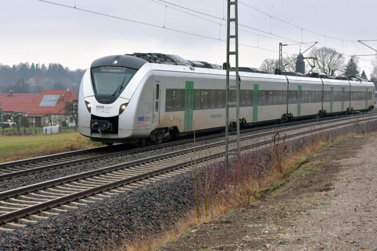 Schock im Zug: Plötzlich knallt es, dann wird wird die Notbremse gezogen. #Ruppertsgrün https://t.co/F53DJW4we0 https://t.co/ynxP26KfPX