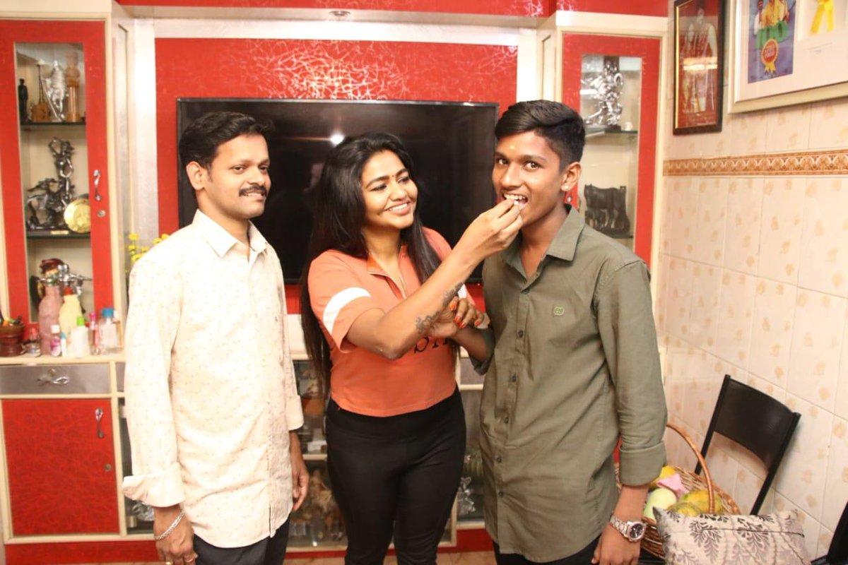 #Shalushamu ரசிகர்களுக்கு இன்ப அதிர்ச்சி இதுவரை எந்த நடிகையும் செய்யாதது... ரசிகர்களின் பிறந்தநாளை கொண்டாடிய ஷாலு ஷம்மு! பாராட்டு மழையில் நனைபவரை நாமும் வாழ்த்துவோம்!  ரசிகர்களின் பிறந்தநாளை கொண்டாடிய நடிகை @ShaluShamu  @SureshsuguPRO  @ProDharmadurai https://t.co/f1W8uspWHT